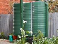plastikowy zbiornik na deszczówkę
